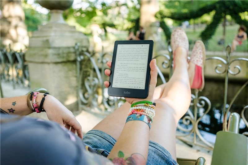 Image Kobo Nia liseuse numérique dans un hamac