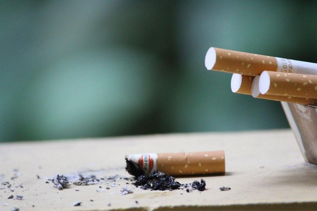 Le tabac provoque des taches brunes sur les dents